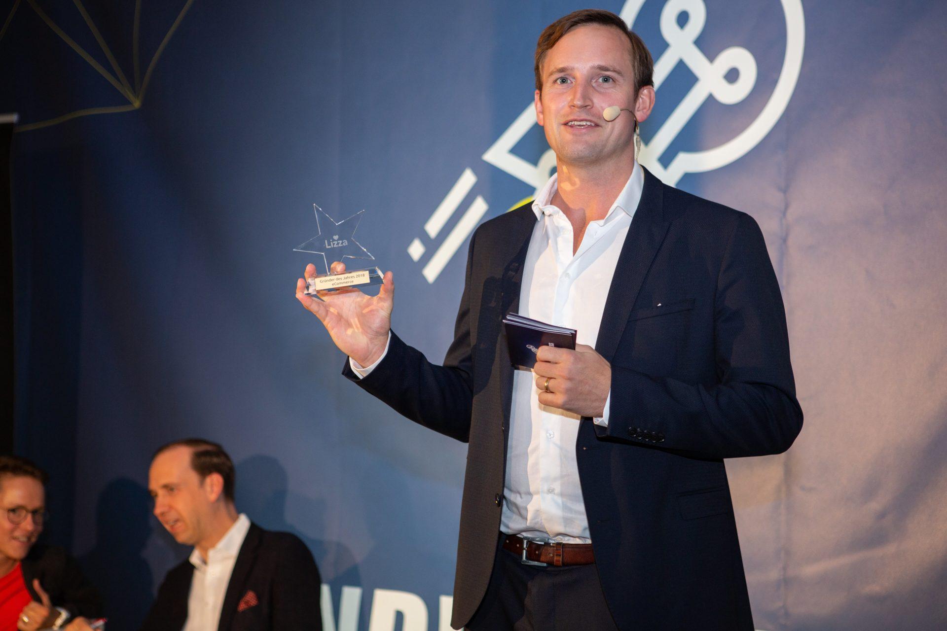 Award-Verleihung 2018: Veranstalter Christoph Schreiber mit dem Gründer des Jahres Award 2018